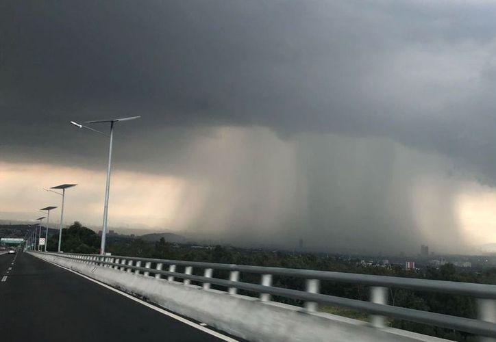 "Jaime Albarrán dijo que este tipo de eventos son ""gigantes"" cuando se conjuntan con fenómenos meteorológicos como la onda tropical 34. (Imagen: @gace11a)"