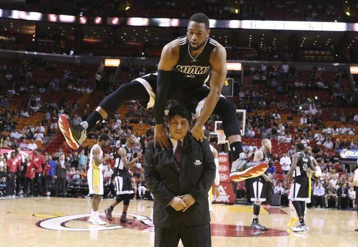 Dwyane Wade, quien no resistió a la provocación de unos aficionados y fue multado por insultarlos con una seña, cree que los jugadores de la NBA requieren mayor cobijo. (Foto: AP)