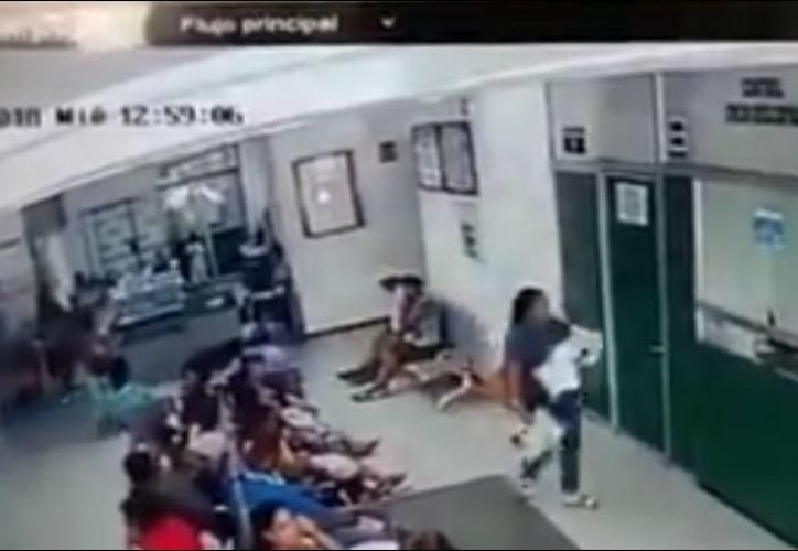 En el video se captó el momento en que la mujer escapó con el bebé. (Internet)