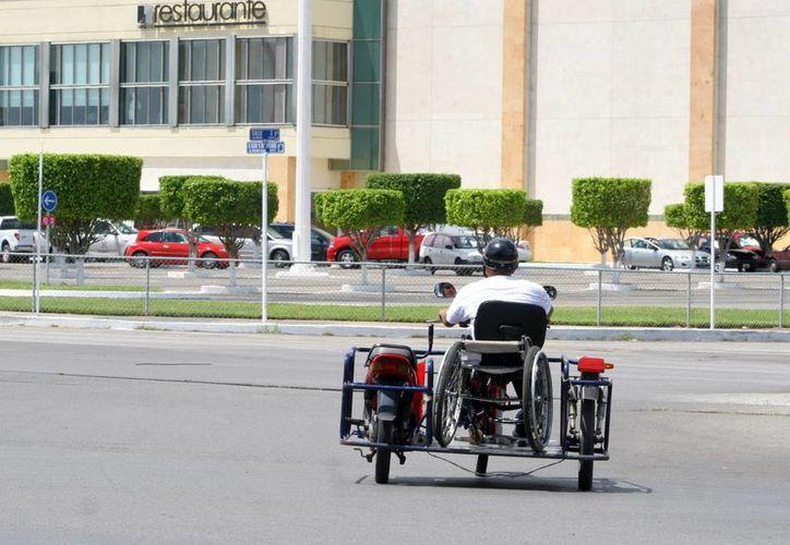 Las personas que manejan las motocicletas adaptadas para personas con discapacidad reciben previa capacitación. (Milenio Novedades)
