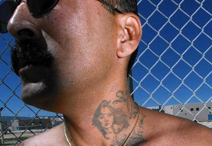 René Enríquez dijo a la comisión de libertad bajo palabra que recibía 200 dólares a la semana por su trabajo con el FBI. (latimes.com)