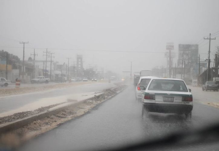 Lluvias inundaron varias zonas céntricas de Cancún. (Milenio Novedades)