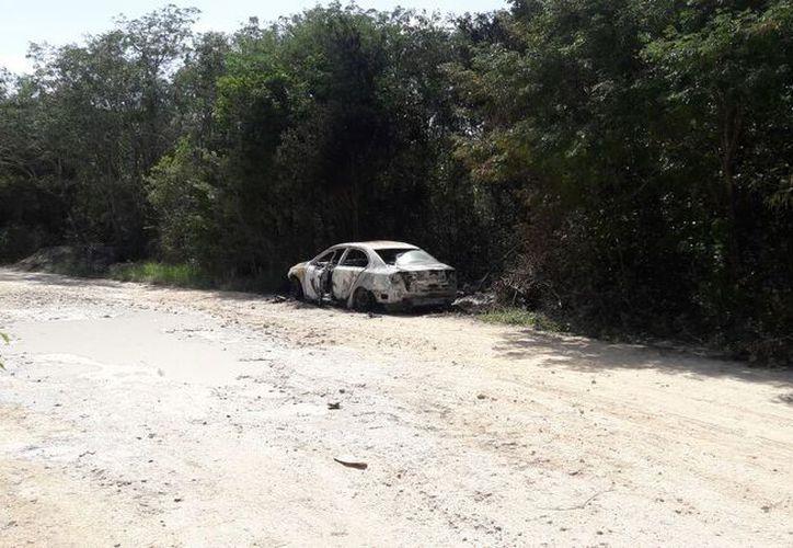 El vehículo que fue consumido por el fuego es un Volkswagen, Jetta. (Redacción/SIPSE)