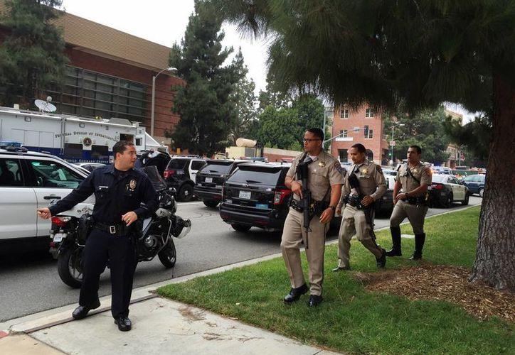 Autoridades policiales arriban al campus de la Universidad de Los Ángeles, California, tras el reporte del tiroteo que dejó 2 muertos, el miércoles 1 de junio de 2016. (AP)