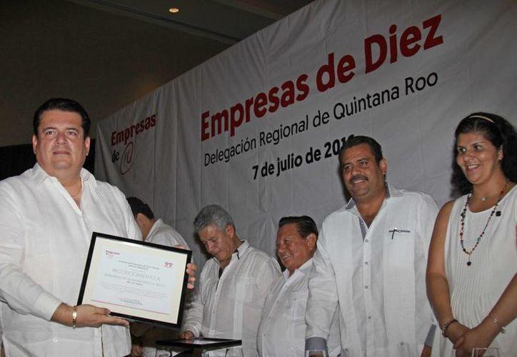 El reconocimiento para Novedades Quintana Roo lo recibió el gerente general, licenciado Salvador Quiroz Terrazas. (Jesús Tijerina/SIPSE)