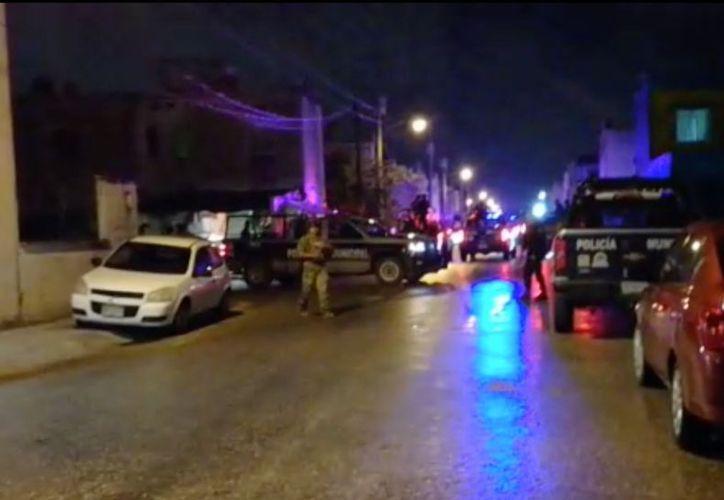 Una caravana de cuando menos 10 unidades policiacas, escoltaron a los detenidos a las instalaciones de Seguridad Pública. (SIPSE)