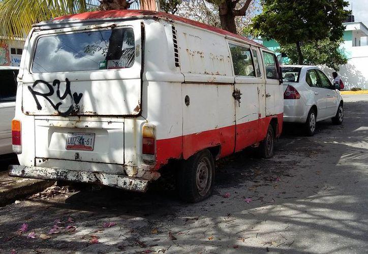 Los vehículos abandonados son un foco de infección por sus componentes además por ser refugios de ladrones y criaderos de moscos. (Consuelo Javier/SIPSE)