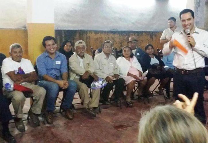 El diputado Mauricio Vila Dosal en reunión con vecinos de la colonia Francisco I. Madero. (SIPSE)