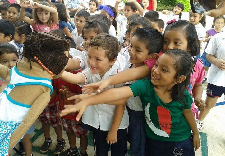 Niños participan en el 'Teatro Guiñol con Equidad' que promueve el IEGY en escuelas de Mérida. (SIPSE)