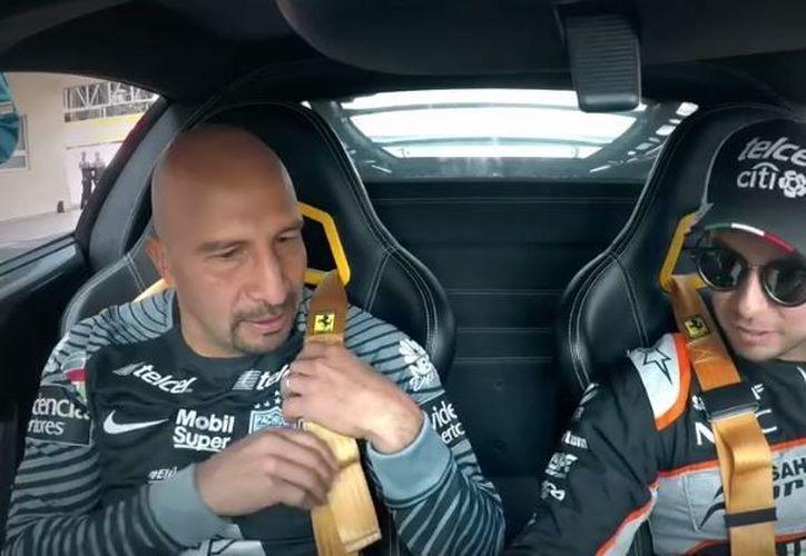'Checo' Pérez dio una probadita al portero de los Tuzos, de las velocidades que en un trazado profesional de Fórmula 1. (Foto: Internet)