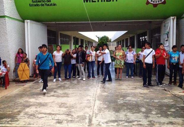 Más de 400 alumnos se beneficiarán de las obras y equipo entregados ayer por el Gobierno del Estado. (Facebook)