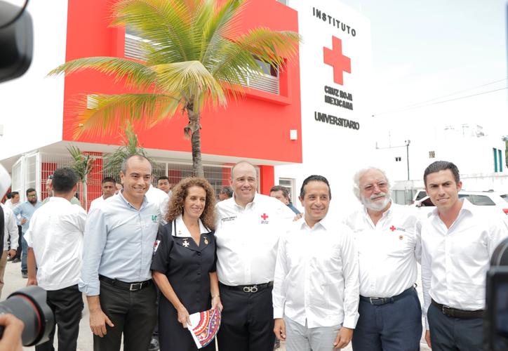 El gobernador Carlos Joaquín González estuvo presente en la inauguración del centro. (Israel Leal/SIPSE)