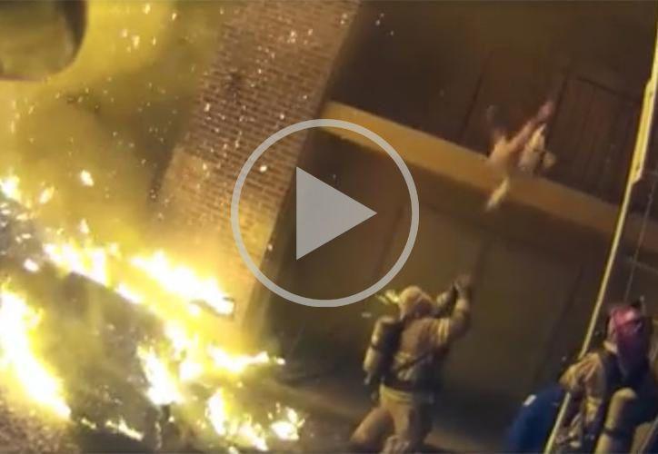 El video se hizo viral en redes sociales pues consideraron que el hombre es un héroe. (Foto: RT Noticias).