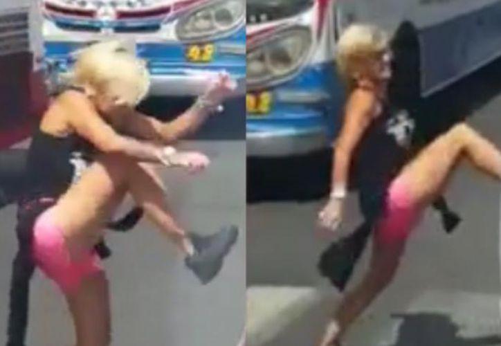 Se enoja con su ex pareja y agarra a golpes a el vehículo. (Trome)