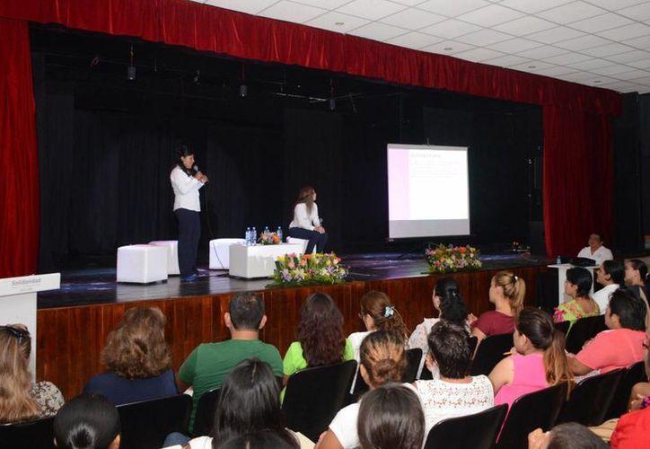 """En la conferencia """"Eres más fuerte de lo que piensas"""" se invitó a las mujeres a frenar la violencia intrafamiliar. (Adrián Barreto/SIPSE)"""