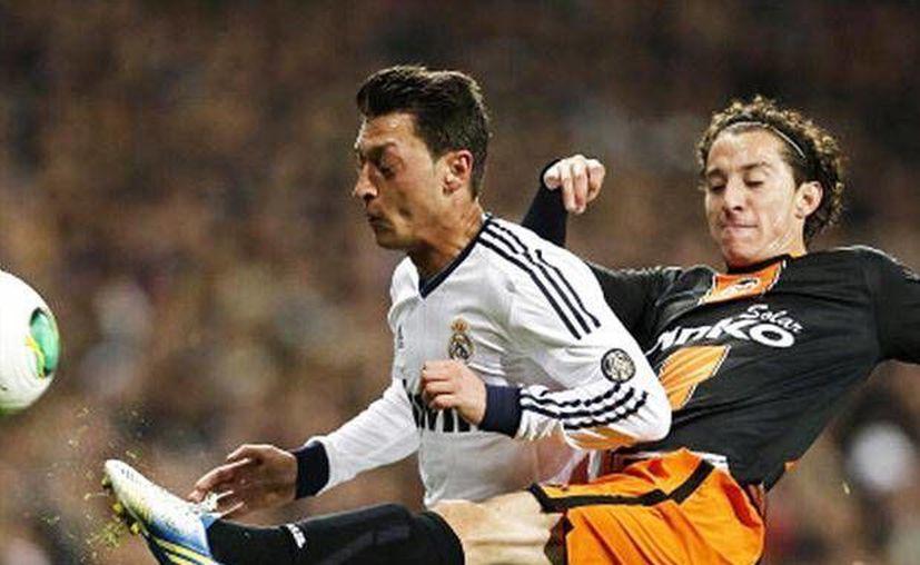 Guardado (d) disputa el balón con Mezut Ozil. (foxsportsla.com)