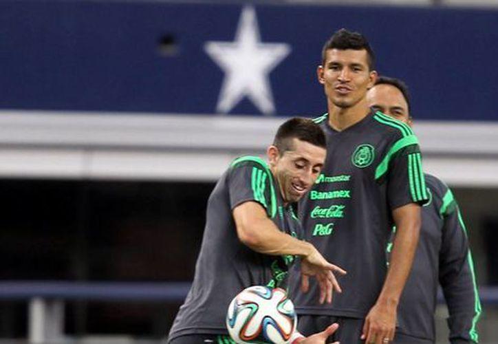 El defensa mexicano del Porto, Héctor Herrera (adelante), por fin podrá demostrar su condición con el Tri ante Ecuador, ya que a media semana se enfermó. (Notimex/Foto de archivo)