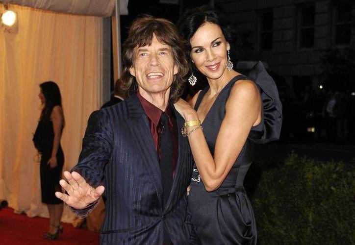 La diseñadora L'Wren Scott y su novio Mick Jagger, izquierda, en la gala a benéfica del Instituto del Vestido del Museo Metropolitano de Arte en una foto en 2012 en Nueva York.  (Agencias)