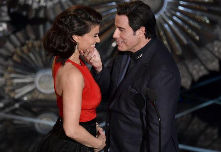 El gesto de Travolta hacia la actriz Idina Menzel en los Oscar causó amplia polémica. (AP)