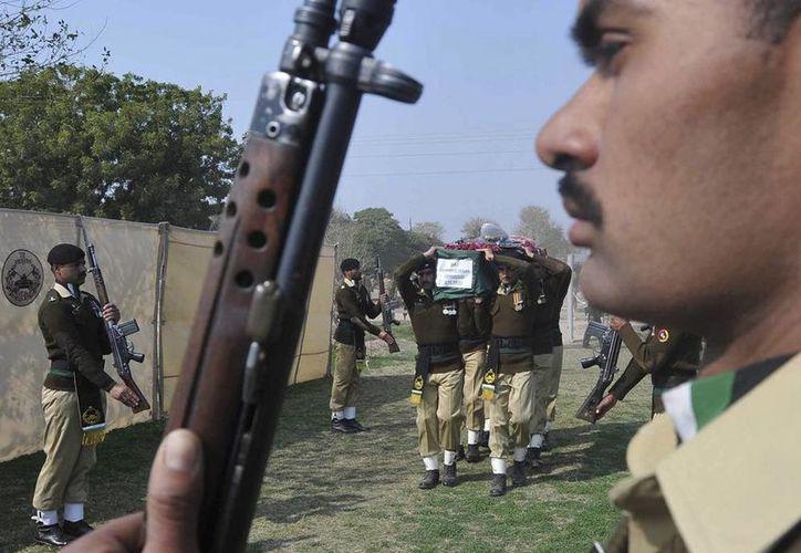 Familiares y oficiales asisten al funeral del comandante Jahanzaib Adnan, oficial paquistaní que murió durante un tiroteo con militantes talibanes, en Multan, Pakistán. (EFE)