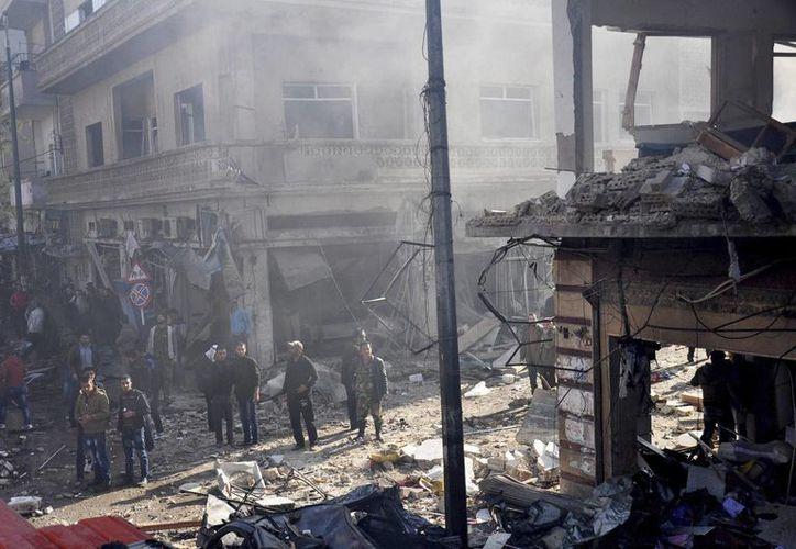La ciudad de Homs, en Siria, sufrió un doble atentado, el cual dejó 90 heridos. Policías sirios inspeccionan el lugar donde se ha producido un atentado en una zona residencial en Homs, Siria. (Archivo/EFE)