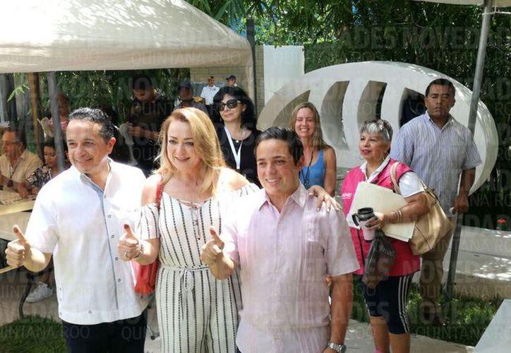 El gobernador de Quintana Roo, Carlos Joaquín González, acudió a votar acompañado de su esposa, Gabriela Rejón de Joaquín. (Redacción/SIPSE)