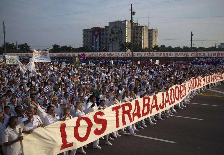 Imagen de archivo del 1 de mayo de 2014, en la que los médicos desfilan en la marcha del Primero de Mayo en La Habana, Cuba. (Agencias)