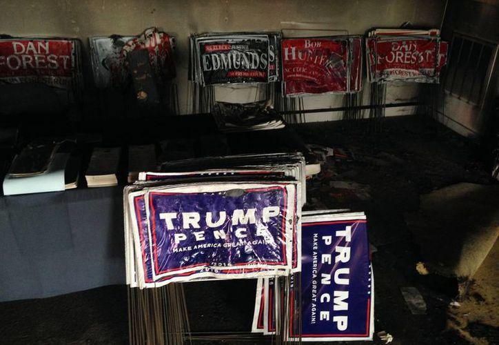 Varios carteles de campaña se derritieron durante un incendio intencional en la oficina del Partido Republicano en Hillsborough, Carolina del Norte. (AP/Jonathan Drew)