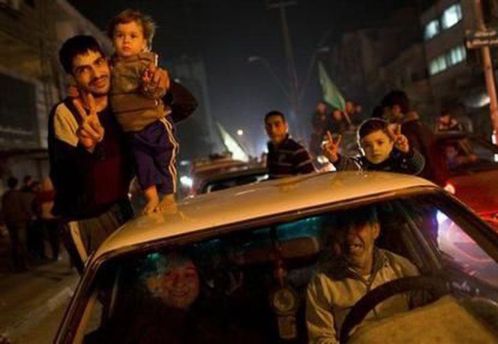 Palestinos celebran el acuerdo de cese el fuego entre Israel y Hamas en Ciudad de Gaza. (Agencias)