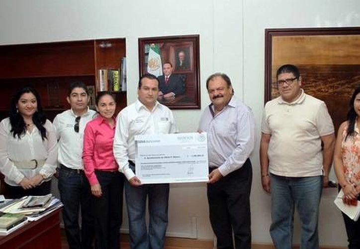 El presidente municipal, Eduardo Espinosa Abuxapqui, realizó el anuncio de las obras. (Cortesía/SIPSE)