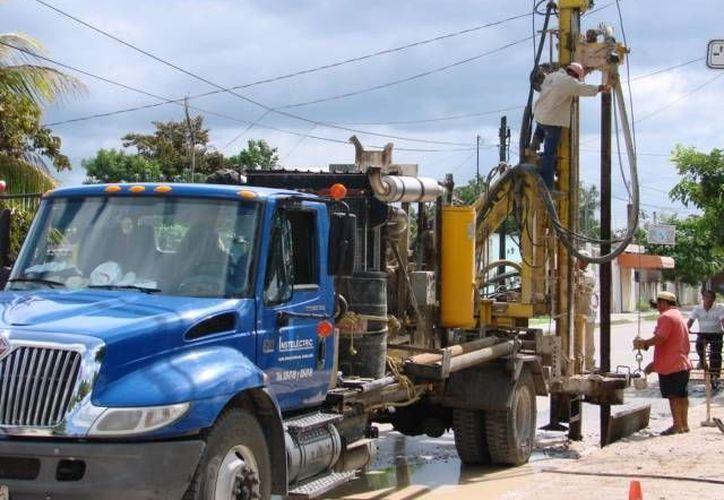 Los pozos que se están construyendo tienen 10 pulgadas de diámetro y 20 metros de profundidad, con tubo de ocho pulgadas. (Manuel Salazar/SIPSE)