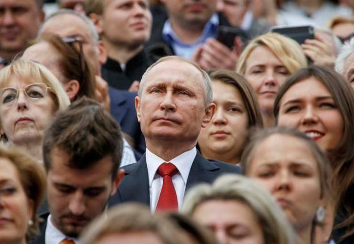 """Las activistas rusas llevaban pancartas con leyendas como """"somos mayoría"""" o """"una mujer a la presidencia (El Economista)."""