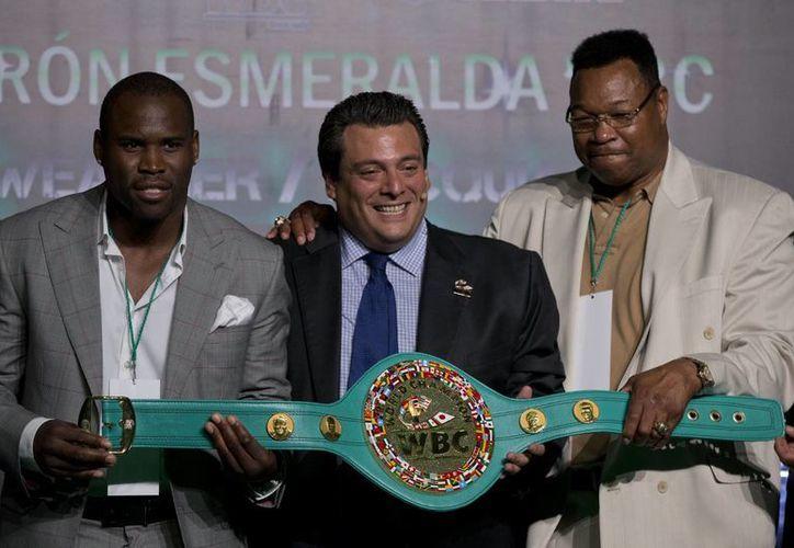 Mauricio Sulaimán (c), titular del (CMB), el excampeón de peso completo, Larry Holmes, y el campeón del mundo de peso semicompleto, Adonis Stevenson, en la presentación del cinturón esmeralda que ganará o Manny Pacquiao o Floyd Mayweather. (Foto: AP)