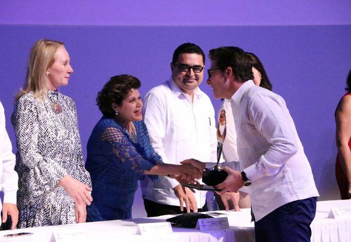 En el presidium, Alis García Gamboa entrega el reconocimiento al empresario Juan Manuel Díaz Roche. (Milenio Novedades)