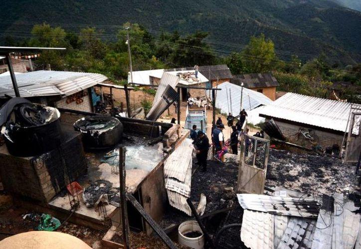 Imagen de la vivienda que fue atacada en la comunidad de Polixtepec, en donde perdieron la vida cuatro personas y otras dos fueron secuestradas. (@Libertad_Gro)