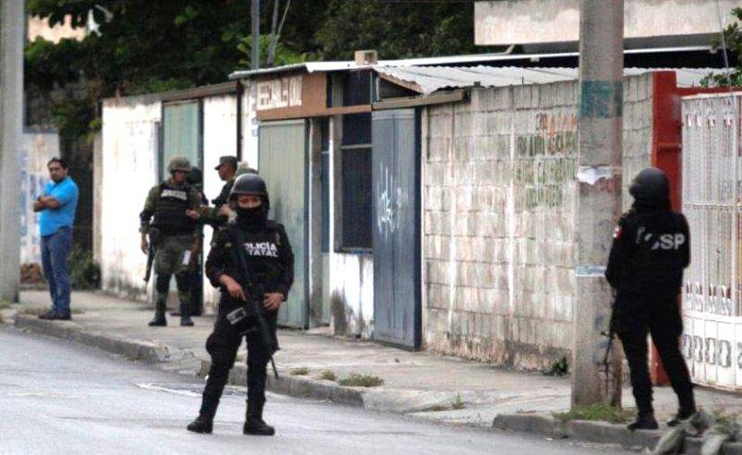 En el predio situado en la colonia Xoclán Canto se aseguró un paquete con marihuana. (Novedades Yucatán)