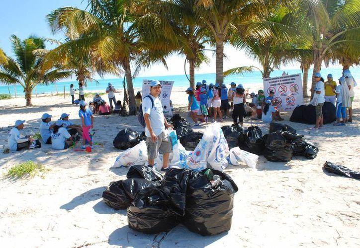 Fueron retiradas colillas de cigarro, botellas de pet, plásticos, vidrio, corcholatas entre otros. (Tomás Álvarez/SIPSE)