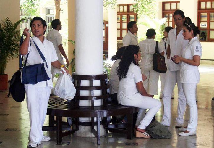En la reunión se expuso la necesidad de que existan más médicos especializados y de calidad. Imagen de un grupo de estudiantes de la Facultad de Medicina de la Uady. (Milenio Novedades)