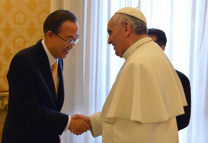 El papa Francisco saluda al secretario general de Naciones Unidas, Ban Ki-moon, durante una audiencia privada en la biblioteca privada, en el Vaticano, hoy, martes 9 de abril de 2013. (EFE)
