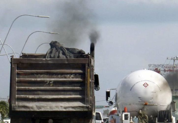 Un factor muy común en la contaminación es la emisión de humo que provocan los trasportes y vehículos particulares. (Foto: Milenio Novedades)