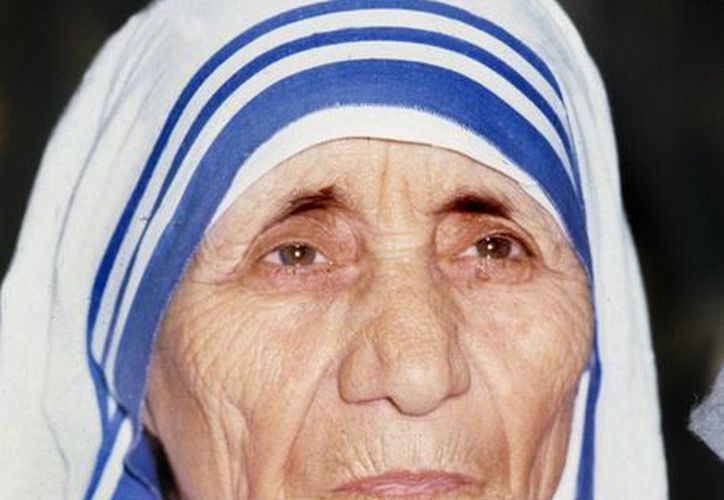 El Papa Francisco canonizó a la madre Teresa de Calculta este domingo, ante más de cien mil personas, en la Plaza de San Pedro. (EFE)
