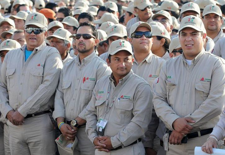 Aplazan para un mes la revisión del Contrato Colectivo de Trabajo para empleados de Pemex. Imagen de un grupo de trabajadores de la paraestatal. (noticiasmvs.com)