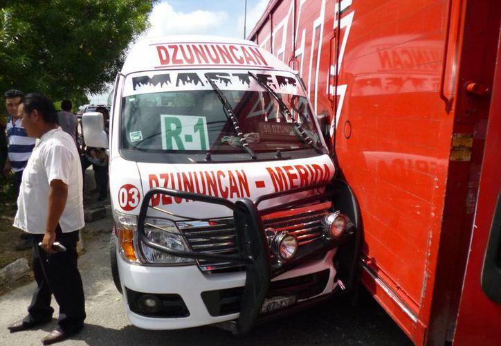 Un camión cervecero le cerró el paso a un taxi colectivo en el cruce de las calles 50 por 137 de la colonia Cinco Colonias. (Milenio Novedades)