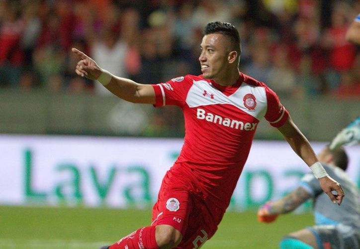 Fernando Uribe festeja la anotación escarlata, al minuto 82, que le dio la victoria a los Diablos Rojos del Toluca sobre Puebla, este domingo en la vuelta de los cuartos de final disputado en el Estadio Nemesio Diez. (Facebook: Toluca)