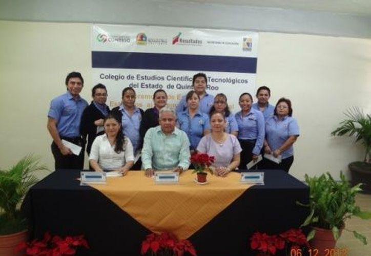 La entrega de reconocimientos económicos se realizó en el Cecyte Plantel Cancún III. (Tomás Álvarez/SIPSE)