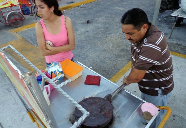 Los ambulantes pagaron 875 y dos mil 420 pesos por sus permisos ante el comité organizador. (Milenio Novedades)
