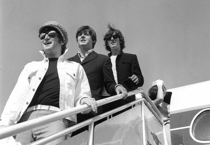 """La subasta del disco regalado por George Harrison fue parte de la colección """"The Marvels of the Modern Music"""", entre los que estaban un par de gafas de John Lennon. (EFE/Archivo)"""