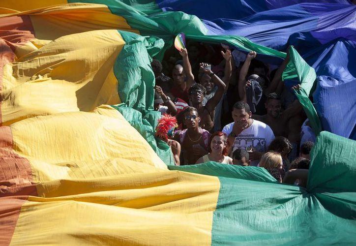 Decenas de miles de personas de todas las edades y orientaciones sexuales en la avenida que bordea la playa de Copacabana en Río de Janeiro, Brasil. (EFE/Archivo)