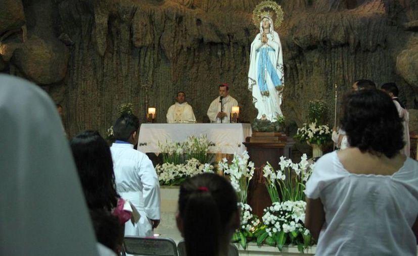 Este miércoles se realizó una peregrinación en honor a Nuestra Señora de Lourdes, tras lo cual fieles se reunieron con el Arzobispo de Yucatán en el templo parroquial de la colonia Miraflores que lleva el nombre de la misma. (Jorge Acosta/SIPSE)