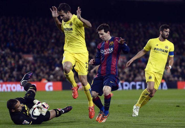 Lionel Messi durante un mano a mano con el portero de Villarreal, Sergio Asenjo. Al final el barcelonista le anotó una vez en partido de ida de Copa del Rey que terminó 2-0. (Foto: AP)